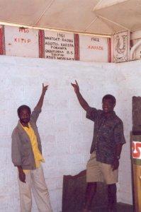 Student und Lukas zeigen auf Tafel wann Missionar nach Wantoat kam