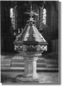 Gotischer Taufstein (um 1500) mit barocker Abdeckung