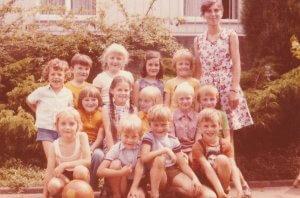 Vorschulkinder 1974 mit Tante Elli