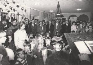 Einweihung des Umbaus 1984 mit Erzieherin Frau Wachter und Bürgermeister Büchel (2.v.r. neben Frau Wachter) und dem späteren Bürgermeister Gemmel (unter dem Adventskranz)