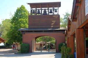 Glockenturm am Eingang des Geländes