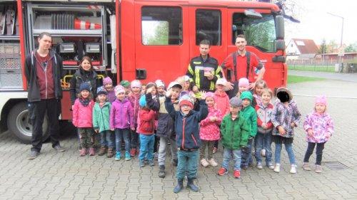 Gruppenbild mit Feuerwehrauto