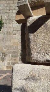 Beim unteren Stein sieht man, dass das Eck mineralisch ergänzt wurde, das muss beim oberen Stein noch erfolgen.