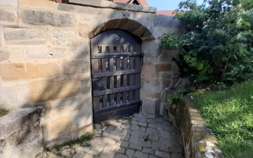Tor Friedhofmauer